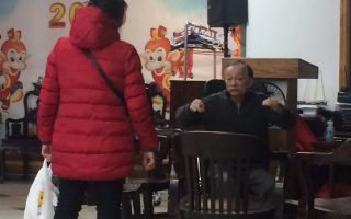 華女(左)向趙顧問求助。 (蔡溶/大紀元)