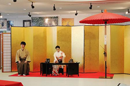 日本廣島市留學生會館於12月17日為留學生主辦「日本文化博覽會」。圖為日本茶道演示。(曉玥/大紀元)