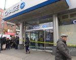 昨天下午,華埠勿街夾堅尼路的大通銀行遭打劫。 (蔡溶/大紀元)