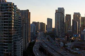 安省保守黨敦促省政府,不要批准把通往多倫多市中心的兩條高速公路DVP和Gardiner變成收費公路,圖爲(Andrew Lahodynskyj/Toronto Star via Getty Images)