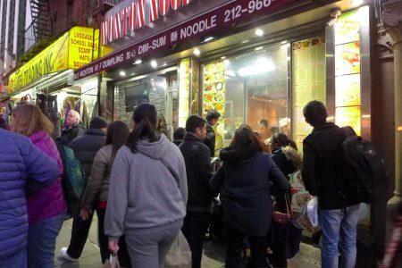 圣誕節,曼哈頓華埠街上車水馬龍,比平時擁擠了許多。
