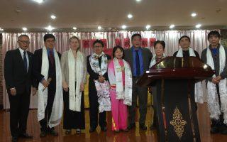 達賴喇嘛駐北美新任代表邊巴次仁(右四)向陳破空等民運人士贈送哈達。 (林丹/大紀元)