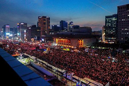"""出于对深陷""""亲信干政""""丑闻的总统朴槿惠将去留问题推诿给国会的不满,3日200万韩国民众举行史上最大规模。(全景林/大纪元)"""