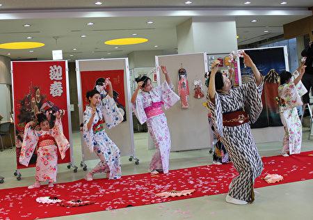 日本廣島市留學生會館於12月17日為留學生主辦「日本文化博覽會」。圖為中國留學生表演的日本舞。(曉玥/大紀元)