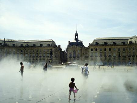 波尔多交易所广场上的水镜喷雾场面(公共领域)