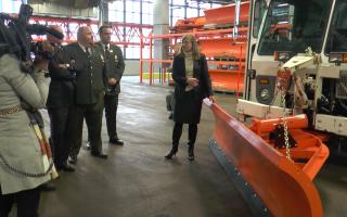 纽约市清洁局昨天(28日)在曼哈顿的车库展示了铲雪设备。 (韩瑞/大纪元)