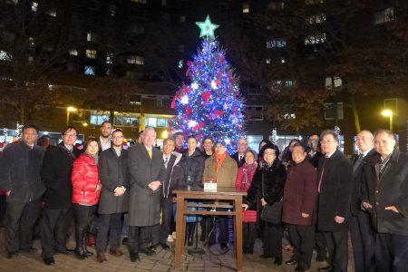 眾多民選官員、社區代表出席點燈儀式,向居民們送上祝福。 (蔡溶/大紀元)