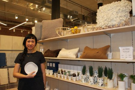 「Sin」店主冼韻潔手拿著一個像極了生日派對紙碟的陶瓷碟說,這個仿製的陶瓷碟就是她兒時生活的快樂記憶。