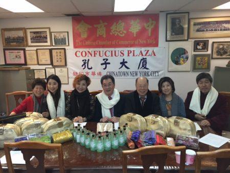 青怡專賣店於昨日在中華總商會辦公室捐贈200份禮物給社區長者。 (中華總商會提供)