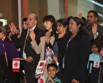 入籍加拿大是很多移民的心愿。图为多伦多居民参加入籍仪式,与本文内容无关。(周月谛/大纪元)