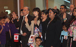 入籍加拿大是很多移民的心願。圖為多倫多居民參加入籍儀式,與本文內容無關。(周月諦/大紀元)