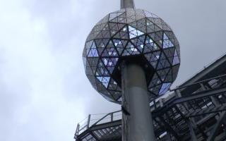 重达1万1875磅的水晶球缓缓上升。 (韩瑞/大纪元)