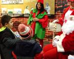 孩子們紛紛向聖誕老人說出自己的聖誕心願。 (安心/大紀元)