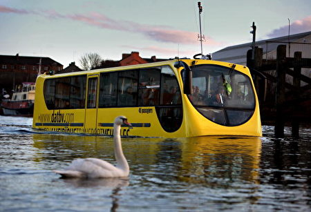 Amfibus是一辆50人座的巴士,采用了轻量化的铝材质,相当适合在水上行驶,并全部符合欧洲的排放、噪音和所有巴士相关的欧盟法规。车内配备了LCD萤幕,DVD播放器以及一些必要的安全设施。(Jeff J Mitchell/Getty Images)