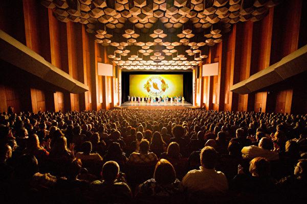 美國神韻國際藝術團2016年12月26日下午兩點在休斯頓瓊斯表演藝術劇院的首場演出爆滿加座,成功拉開休斯頓12場盛大演出的序幕。(攝影:戴兵/大紀元