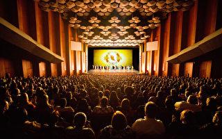 美國神韻國際藝術團2016年12月26日下午兩點在休斯頓瓊斯表演藝術劇院的首場演出爆滿加座,成功拉開休斯頓12場盛大演出的序幕。(攝影:戴兵/大紀元)