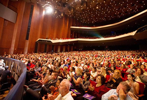 2016年12月26日,神韻國際藝術團在美國德州休斯頓的兩場演出大爆滿。圖為晚場演出劇院爆滿的盛況。(戴兵/大紀元)