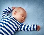 美国儿科学会建议婴儿在薄薄的床垫上仰睡,除了身穿的衣服之外,周边不要放东西,也不要有旁人同床。(Anna Grigorjeva/Shutterstock)
