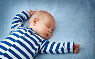 美國兒科學會建議嬰兒在薄薄的床墊上仰睡,除了身穿的衣服之外,周邊不要放東西,也不要有旁人同床。(Anna Grigorjeva/Shutterstock)