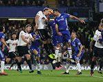 切尔西主场2-1逆转击败同城宿敌热刺,继续领跑英超积分榜。图为双方球员争球瞬间。(IAN KINGTON/AFP/Getty Images)