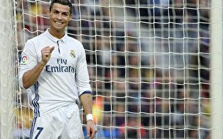 皇马葡萄牙球星C罗第四次荣膺金球奖。 (LLUIS GENE/AFP/Getty Images)