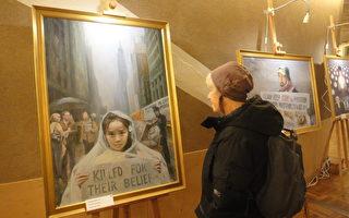 一位瑞典老人正在欣赏画家沈大慈的油画 《无家可归》。 (大纪元 / 马冰洁)