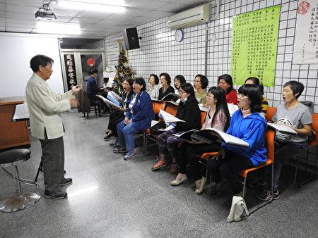 海韵合唱团团员在旅奥音乐家谢英杰老师教导下,用心练唱。(蔡上海/大纪元)