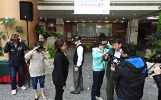 嘉义县长张花冠(左2)、副县长吴芳铭(中)、县议员蔡鼎三(左1)等贵宾,27日上午在人力发展所头戴VR面罩体验嘉义在地景致。(蔡上海/大纪元)