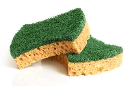 在冰箱的保鲜室放置洗碗用的海绵,可以吸收湿气,延长蔬果保存时间。(Fotolia)
