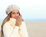 人们若循环不佳,可能会出现手脚冰冷的症状,可藉由穿着暖活衣物等简单方法加以改善。(Fotolia)