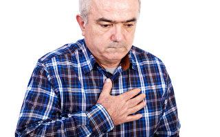 胸口痛是身体发出的一种警讯。(Fotolia)