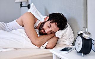 英國一項研究發現,早上起床後不要整理床舖比較健康。圖為一名男子在睡覺。(Fotolia)