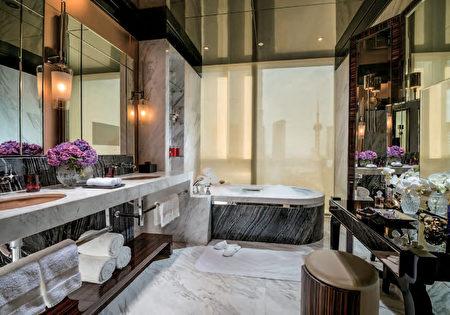 上海浦東四季酒店採用TOTO浴缸、便器,打造新古典奢華氣息的衛浴空間。(圖片TOTO提供,灣區衛浴店Gooder Supply販售)