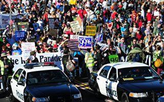 圖為2012年1月2日加州帕薩迪納玫瑰遊行期間,警車行進在抗議示威人群的前列。  (FREDERIC J. BROWN/AFP/Getty Images)