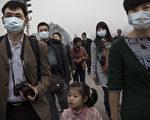 新研究显示,空气污染可能造成了中国三分之一的死亡。在中国某些地方,呼吸变得像吸烟一样致命。(Kevin Frayer/Getty Images)