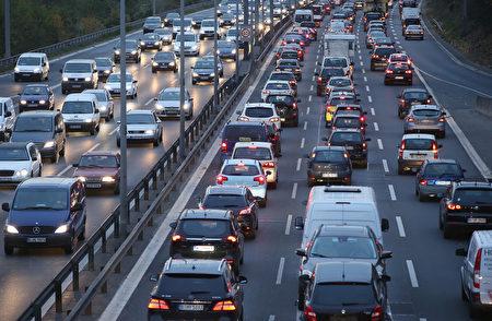 德国高速公路也要开始收费了。近日德国交通部长与欧盟专员达成一致,给德国收费制打开了绿灯。据悉,这项法案最早明年大选后才开始实施。(Sean Gallup/Getty Images)