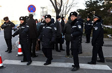 Police stand guard outside the Beijing City High Court where the result of an appeal by Chinese journalist Gao Yu was announced in Beijing on November 26, 2015. A Chinese court on November 26 reduced the seven-year jail sentence given to a 71-year-old Chinese journalist convicted of leaking state secrets by two years, her lawyer said after an appeal in a case condemned by free speech advocates worldwide. AFP PHOTO / GREG BAKER / AFP / GREG BAKER (Photo credit should read GREG BAKER/AFP/Getty Images)