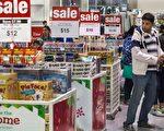 感恩节后的黑色星期五,美国一名男子在购物。(PAUL J. RICHARDS/AFP/Getty Images)