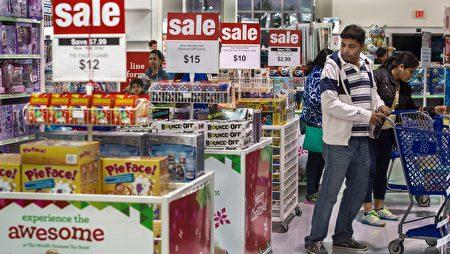 感恩節後的黑色星期五,美國一名男子在購物。(PAUL J. RICHARDS/AFP/Getty Images)