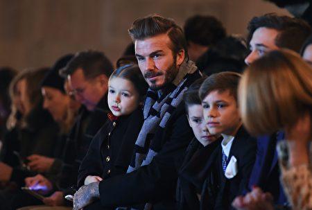 贝克汉姆携儿女助阵妻子维多利亚参加 2016纽约时装秀。 (JEWEL SAMAD/AFP/Getty Images)