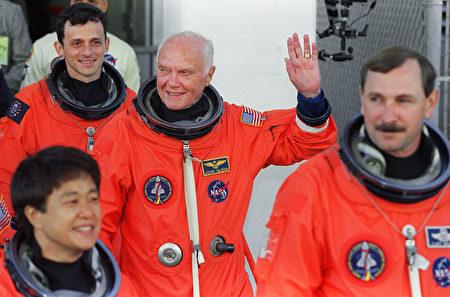 周四,美国国家航空航天局的宇航员、参议员约翰•格伦(中)去世,享年95岁。(TONY RANZE/AFP/Getty Images)