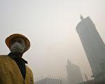 周六,中国22个城市发布红色警报,包括河北唐山和山东济南。红色警报是空气污染最高级别的警报。(China Photos/Getty Images)