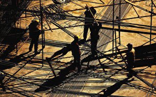 中共决策者们在维持快速增长的同时,挣扎著打击过量借贷和遏制飙升的房价。(Guang Niu/Getty Images)