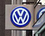 大众汽车集团虽然深陷尾气门丑闻,但2016年仍超过丰田汽车,成为2016年度全球最大的汽车制造商。 图为一个大众汽车的标志。(KAZUHIRO NOGI/AFP/Getty Images)