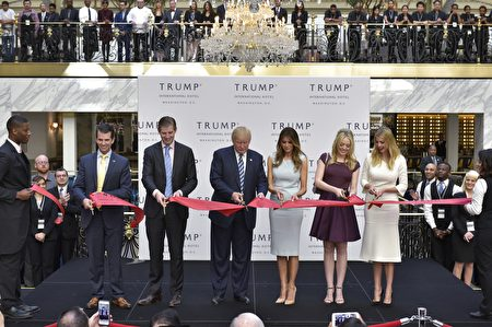 新开幕的华府川普国际饭店成为全球政要、商界名流争相入住的外交热门酒店,早已客满。图为10月26日,川普一家参加饭店剪彩仪式。(MANDEL NGAN/AFP/Getty Images)