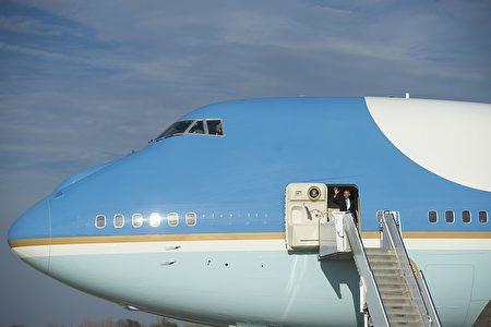美国现任总统奥巴马搭乘空军一号,向地面人员招手。(SAUL LOEB/AFP/Getty Images)