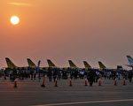伊朗官员表示,2016年12月11日与美国波音公司签下的80架客机的合同,只需付半价就能拿到飞机。图为2016年11月16日伊朗的一个航空站上出现的L-39信天翁喷气飞机。(ATTA KENARE/AFP/Getty Images)