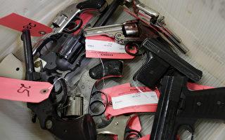 芝加哥市在刚刚过去的圣诞节周末发生了一连串的枪击事件,造成12人死亡,43人受伤。图为今年11月19日,芝加哥警方收缴的部分手枪。(JOSHUA LOTT/AFP/Getty Images)
