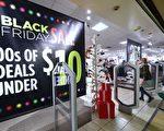 今年黑色星期五,顾客在加州Montebello的JC Penny's店购物。(Getty Image)