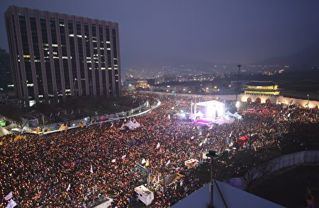 韩国朴槿惠总统爆发闺蜜干政丑闻,民众连续六周举行抗议行活动。(JUNG YEON-JE/AFP/Getty Images)